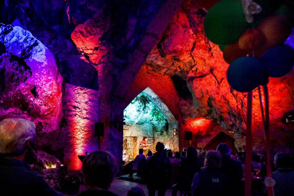 In het, met een glazen wand volledig afgesloten, verwarmde en feestelijke aangeklede Grottheater, presenteert Openluchttheater Valkenburg in de dagen voor Kerstmis een viertal concerten. Ze passen qua sfeer en uitstraling helemaal bij deze speciale periode van het jaar. Tickets zijn verkrijgbaar zie hieronder; bij VVV Valkenburg, Theodoor Dorrenplein 5 Valkenburg; en bij de VVV-winkels in Zuid-Limburg.